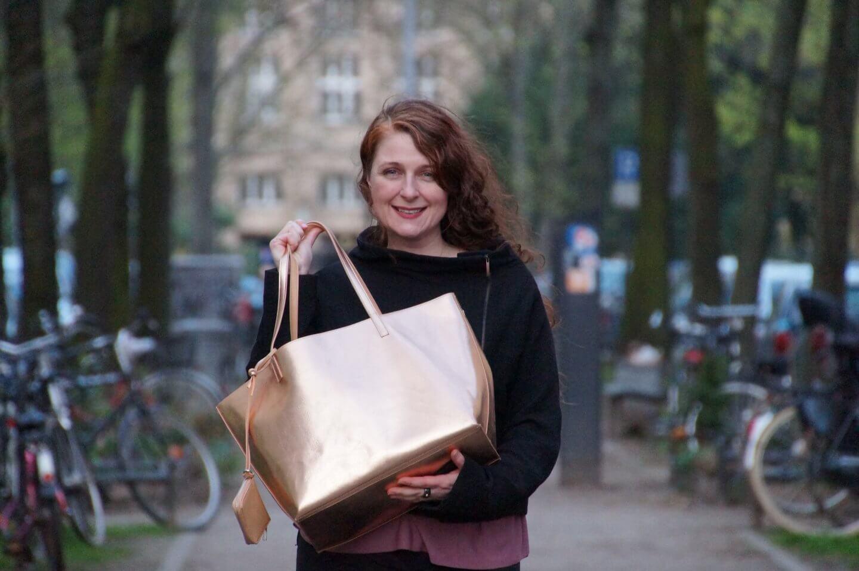 Ü40 Bloggerin Cerstin mit rosegoldenem Shopper von den Galaries Lafayette Paris