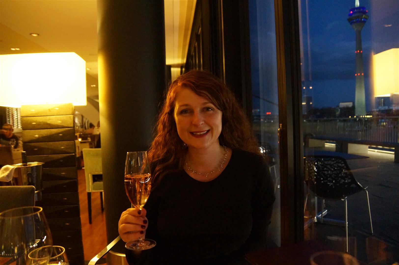Ü50 Bloggerin Cerstin mit Billecart-Salmon, Brut rosé Champagner im DOX Restaurant des Hyatt Regency Düsseldorf