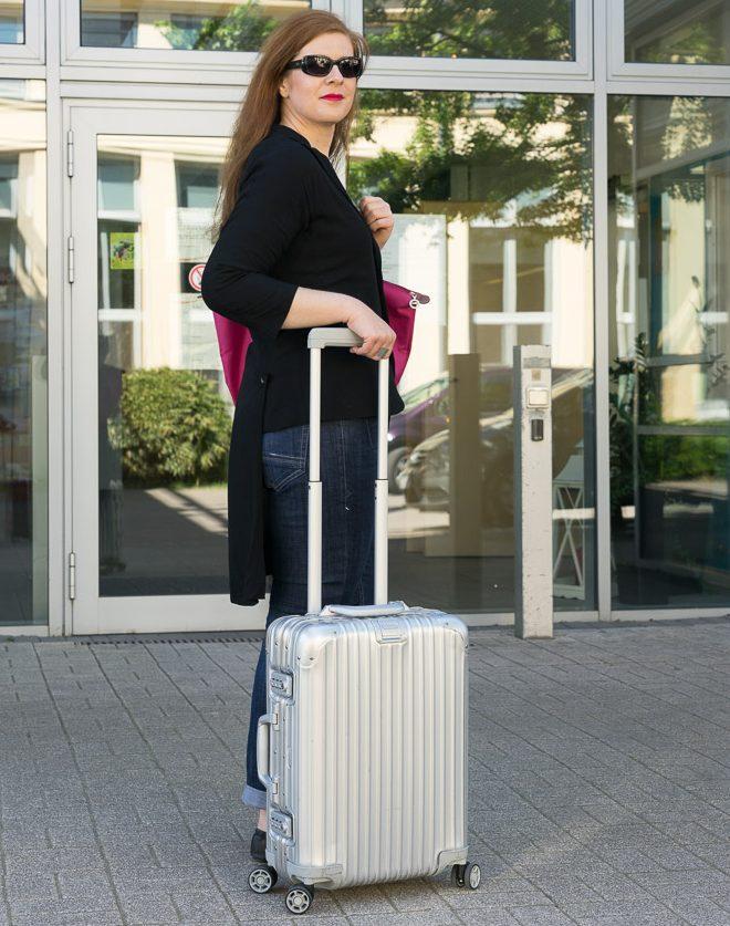 Reiselust Ü40 Modebloggerin mit Rimowa Koffer silver iknmlo
