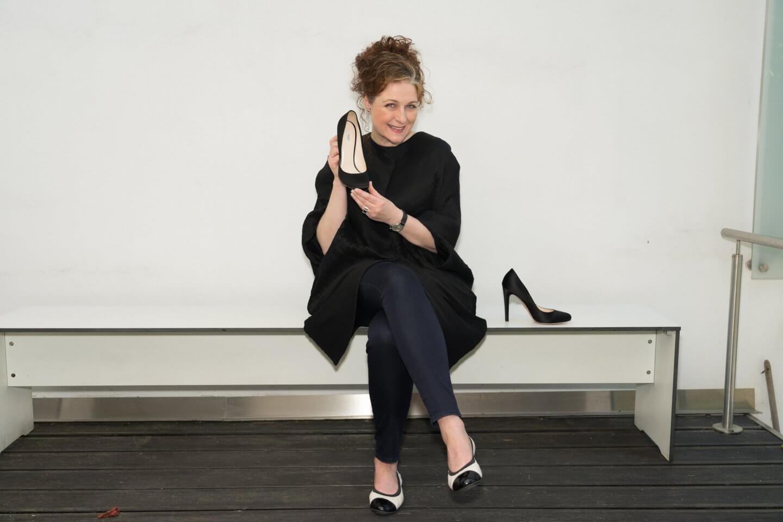 Ü50 Bloggerin Cerstin mit Ballerinas und Stilettos von Prada über ihre Traumschuhe iknmlo
