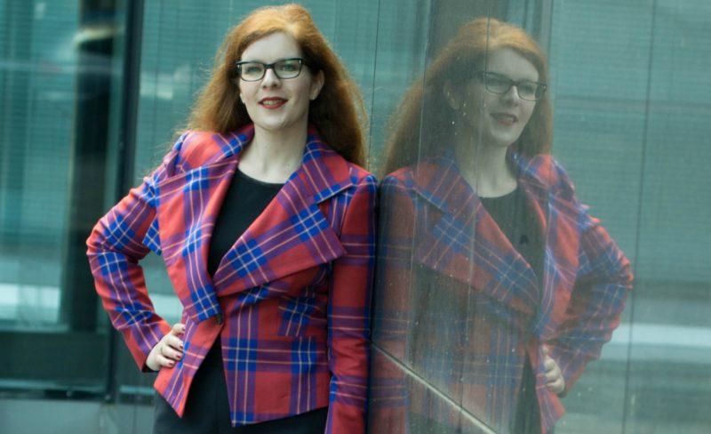 Modebloggerin Tanja vom IKNMLO Fashion und Lifestyle Blog für Frauen über 40 in einem Blazer von Vivienne Westwood