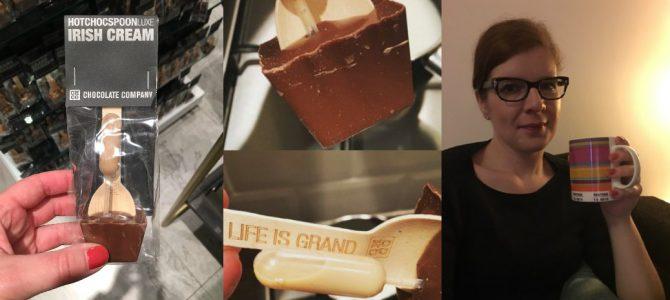 Heisse Schokolade vom Löffel
