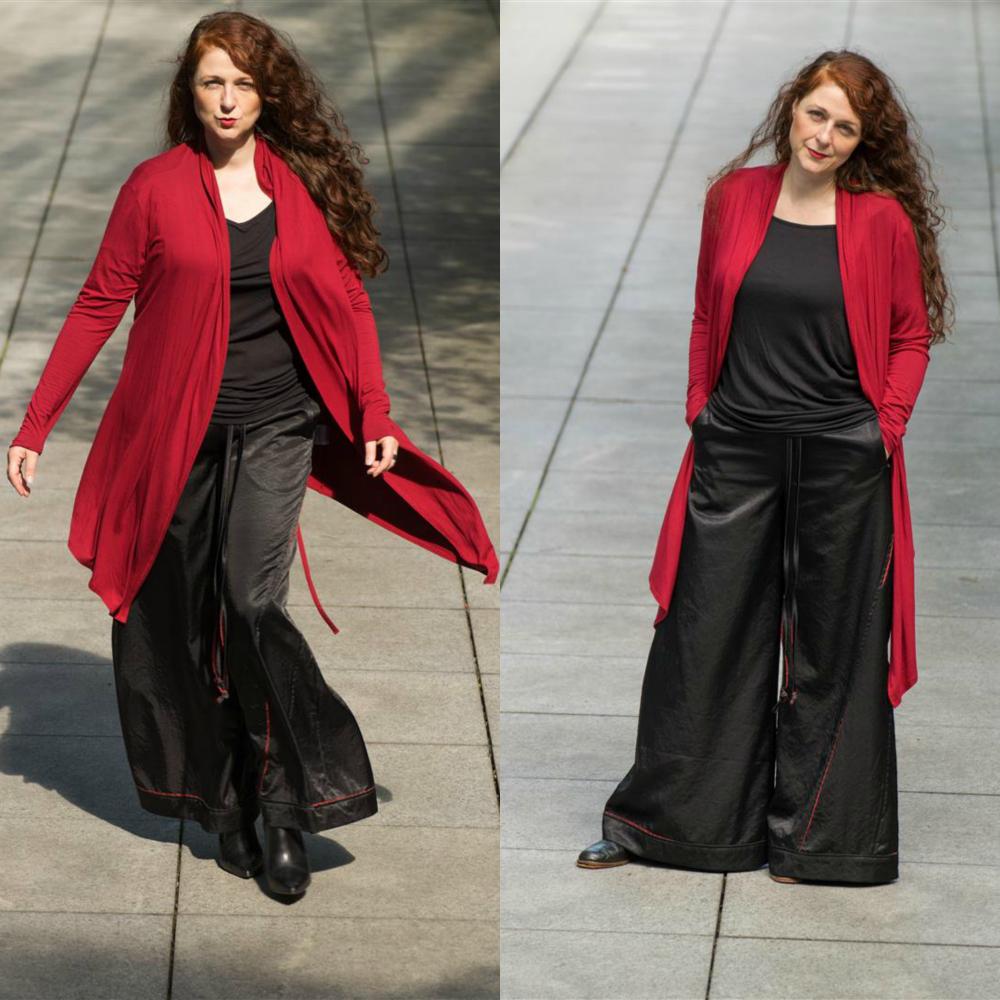 Ü40 Bloggerin Cerstin vom IKNMLO Fashion Blog für Frauen über 40 in einer schwarz-roten Marlene Hose von Polo's for you, Köln