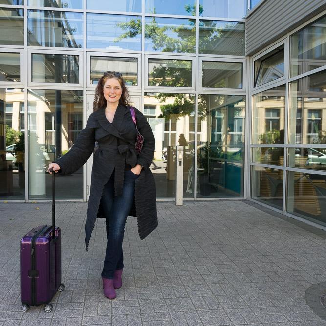 Reiselust Ü40 Modebloggerin mit Rimowa Koffer purple iknmlo