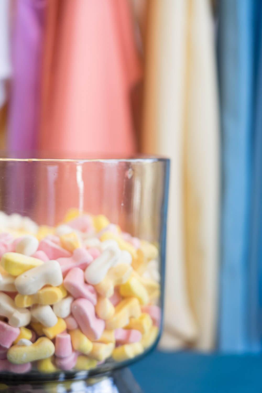 Maya Kadaan Designerin und Gründerin des Labels 8/02 im Supersouk Concept Store Tunis und die Bonbons aus Damaskus, die sie inspiriert haben