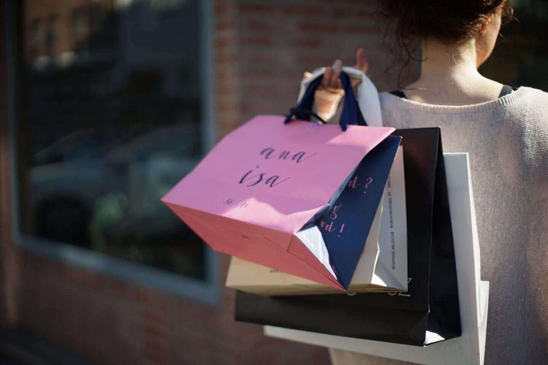 Modebloggerin mit Einkauftüten kleiderfasten 40 Tage Konsumverzicht einer Modebloggerin iknmlo