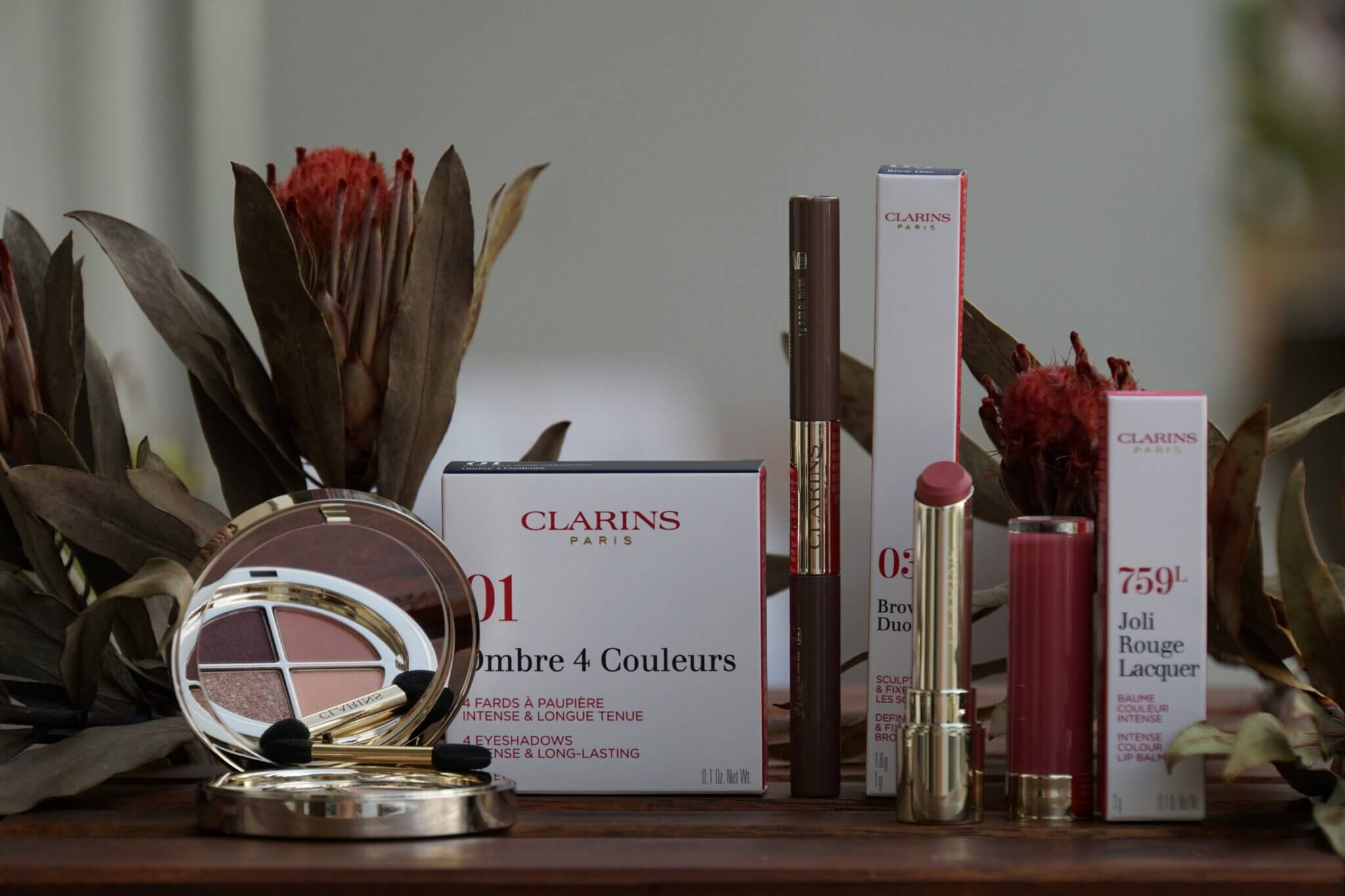 Clarins Easy Looks Ombre 4 Couleurs in 01 Fairy Tale Nude Gradation und Clarins Joli Rouge Lacquer in 759L woodberry und Clarins Brow Duo in 03 cool brown stylerebelles