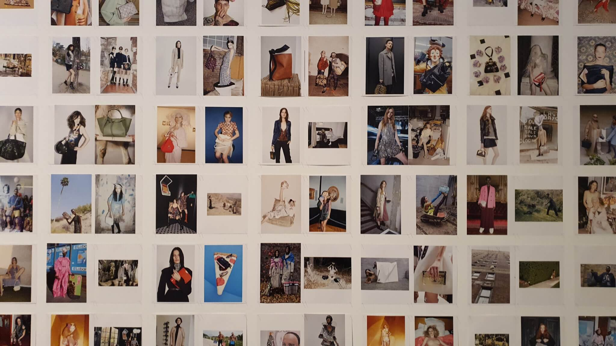 Handbag Wall of Fame in der Dress Code - Ausstellung Bundeskunsthalle Bonn 2021