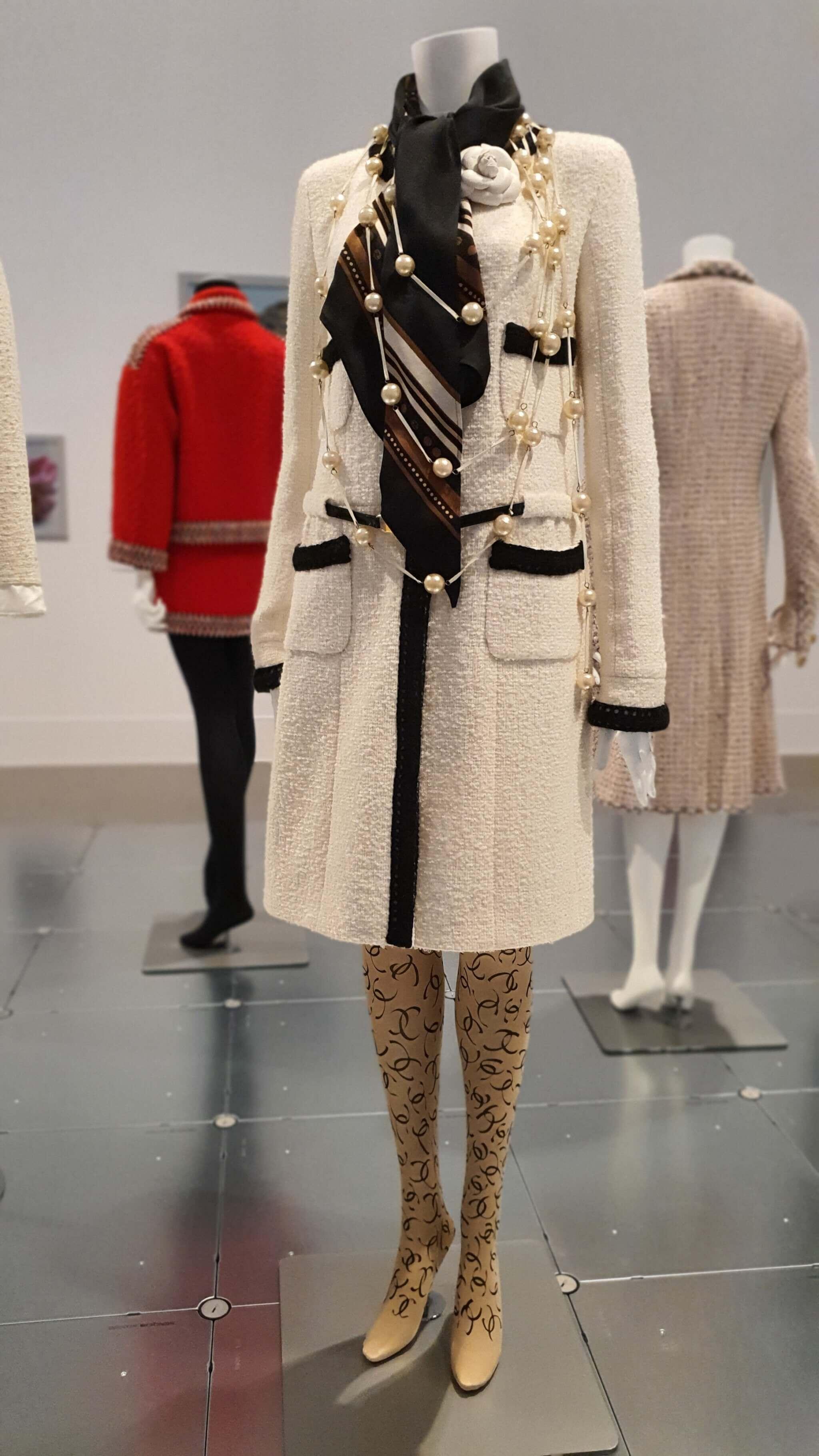 Chanelkostüm in der Dress Code - Ausstellung Bundeskunsthalle Bonn 2021