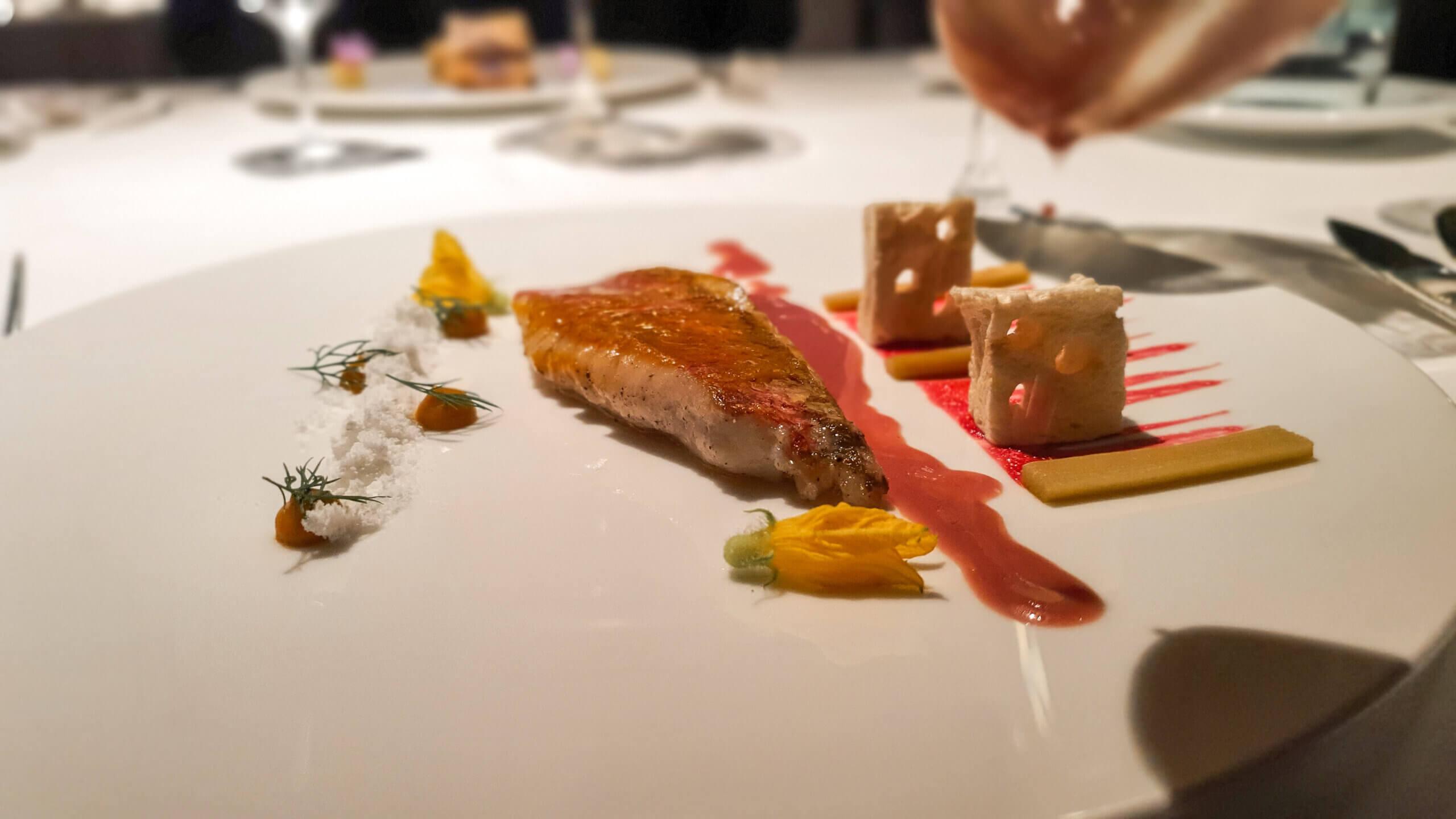 Rotbarbenconfit mit Kokosnusspulver und Krautsterntang im 3-Sterne Restaurant Arzak in San Sebastián