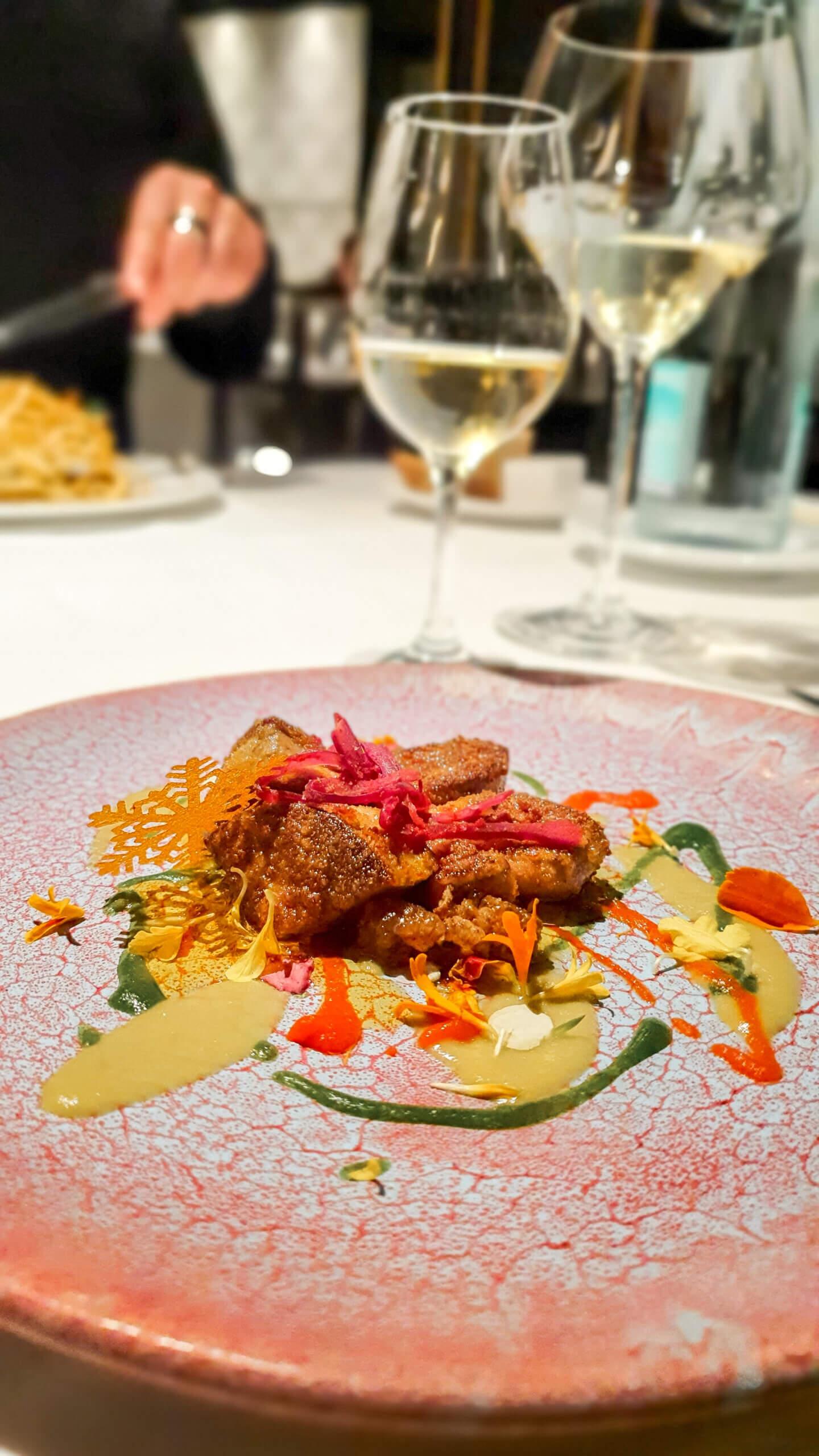 Entenleber auf verschiedenen Soßen und weißen Maulbeeren im 3-Sterne Restaurant Arzak in San Sebastián