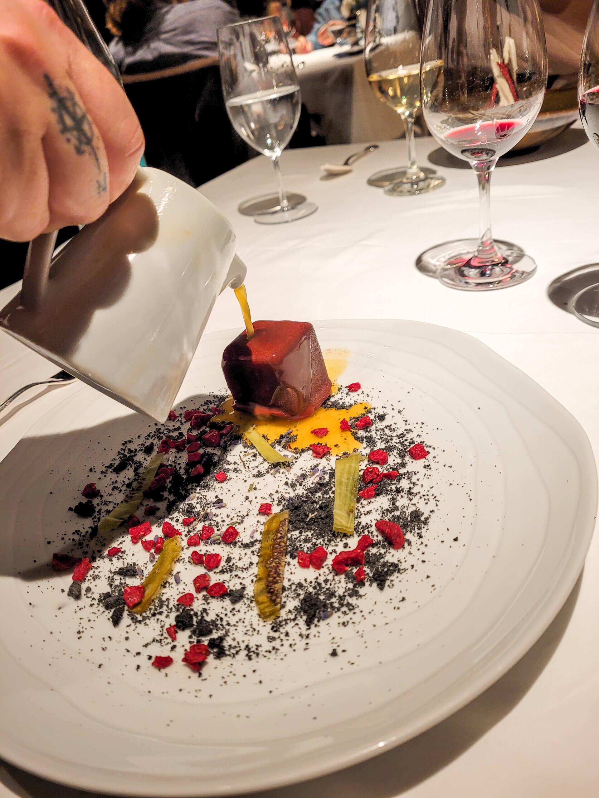 Schokoladenkubus mit einem flüssigen Kern aus Minze, Néroli und Kiwi im 3-Sterne Restaurant Arzak in San Sebastián